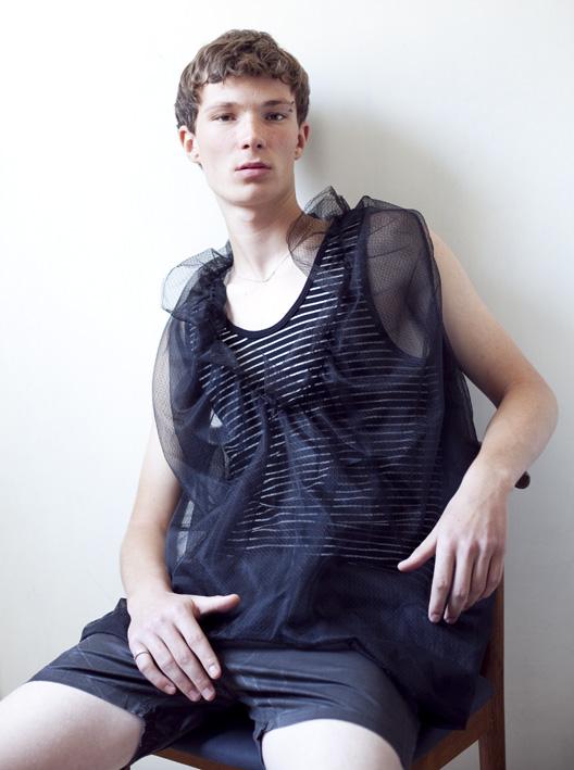 חולצת טול- סייקו טאקי לרוני בר חולצת פסים- אמריקן אפרל שורטס- רוני בר טבעת- מארק ג'ייקובס לרוני בר