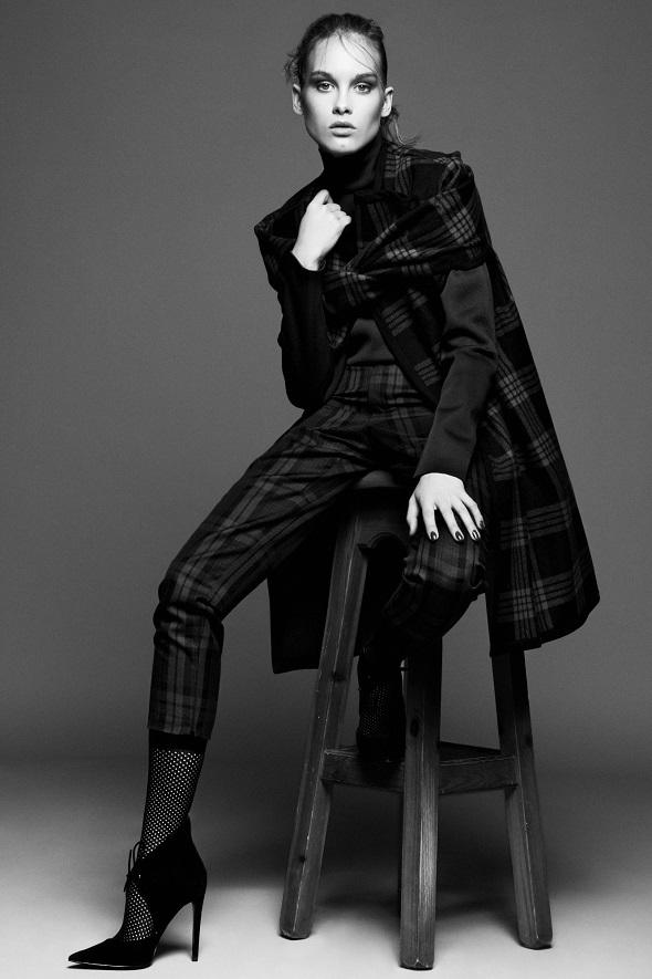 מעיל – זארה/חולצת גולף – רנואר/מכנסיים – טופשופ/גרביים – וולפורד/נעליים - זארה