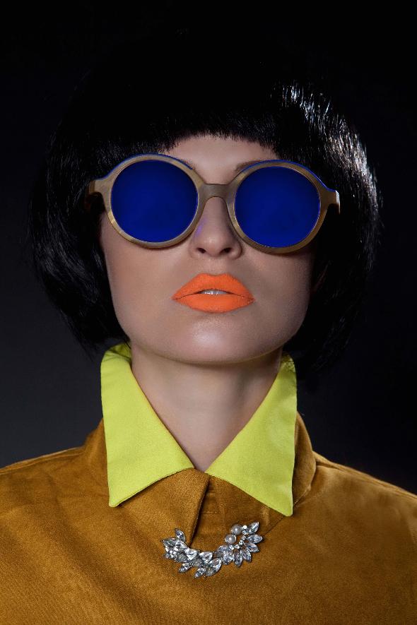 משקפים – אתניה ברצלונה/חולצה צהובה- מארק גיקובס לפקטורי 54/חולצה חרדל /סיכת דש- H&M
