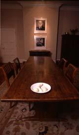 הבננה של סופי קאל עם קינוח גלידה על שולחן האוכל של פרויד.