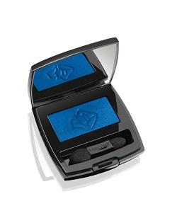 צללית כחולה במרקם סאטן/LANCOME/מחיר: 185 ₪/להשיג ברשתות הפארם.