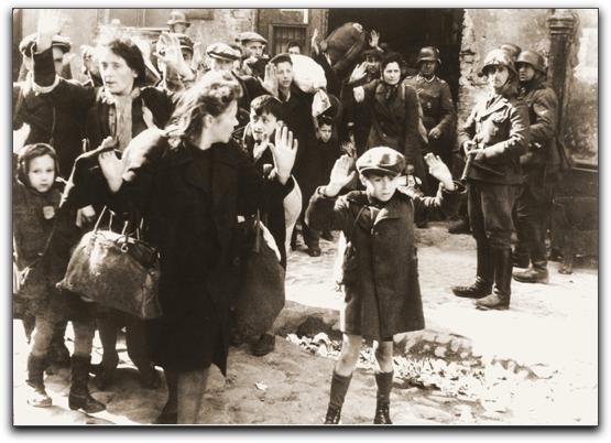 תמונת בלתי נשכחת ממלחמת העולם השנייה. גטו ורשה בפולין היה הגדול ביותר באירופה הכבושה בידי נאצים והוקם בשנת - 1940 להכיל 400,000 יהודים.