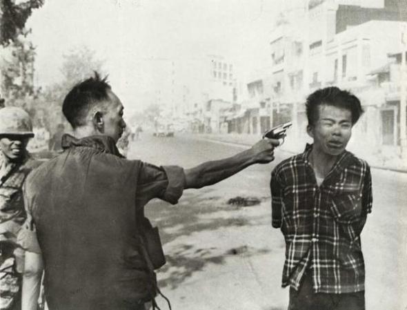 צילום הזוכה בפרס פוליצר, אשר צולם על ידי אדי אדמס, הוא בין תצלומי המלחמה המפורסמים ביותר בכל זמנים. האיש עם האקדח הוא מהמשטרה הלאומית של וייטנאם, ואילו הגבר שעומד למות הוא חייל הווייטקונג.