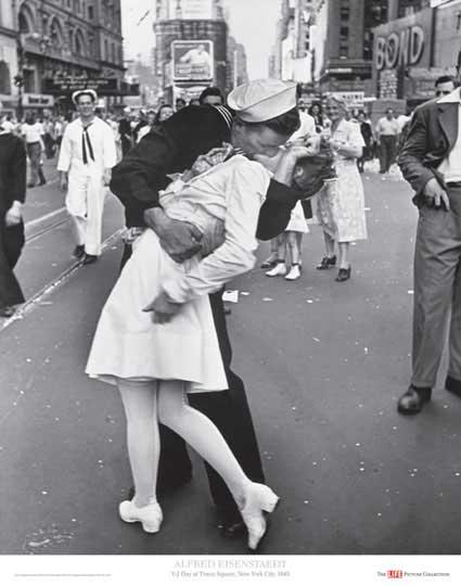 תמונת סיום המלחמה בנשיקה הכי ידועה.