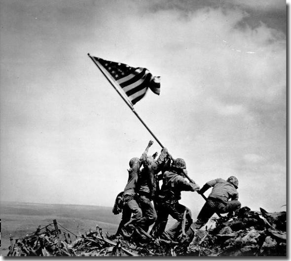 הנפת הדגל באיוו ג'ימה היא אולי תמונת המלחמה המפורסמת ביותר אי פעם. הדגל הועלה על ידי חמישה נחתים אמריקאים על פסגת ההר Suribachi  בשנת – 1945.