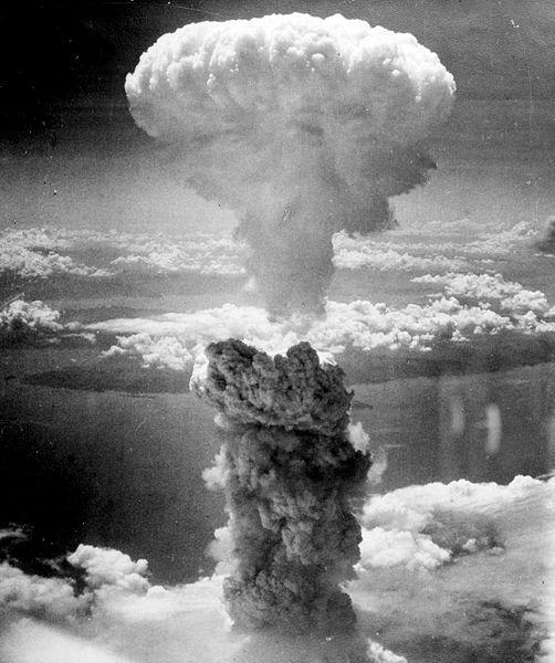 קלאסי. זה הוא ללא ספק אחד התצלומים המפורסמים ביותר בעולם. הוא מתאר את הפיצוץ הגרעיני על נגסאקי, המכונה ענן פטריית Fat Man, בתאריך -9 באוגוסט 1945.