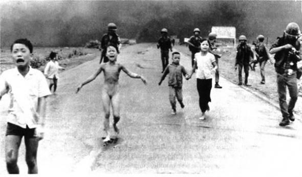 תצלום קורע לב ובלתי נשכח של ההיסטוריה המודרנית. הילדה העירומה היא קורבן של התקפת נפל דרום וייטנאמית שבורחת מהנפל'ם בעודה בוערת בחיים.
