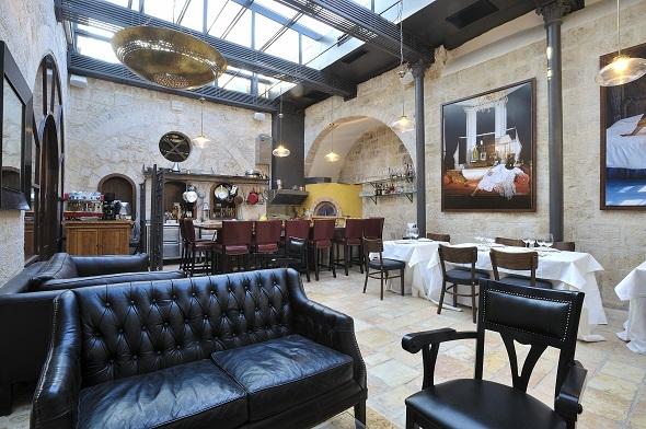 חדר האוכל האינטימי המציג אמנים צעירים