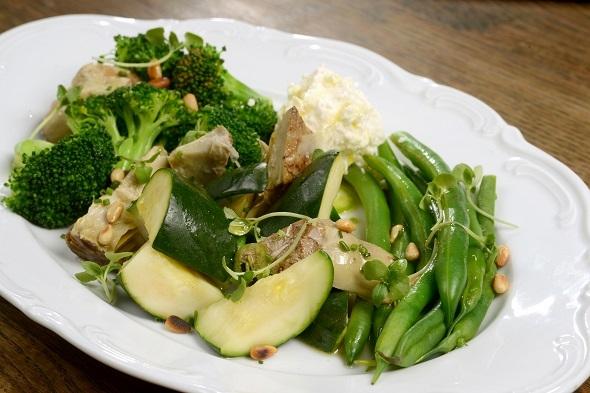 מסעדת ברטי- ירקות ירוקים, גבינה מלוחה יוונית וצנוברים. צילום רן בירן