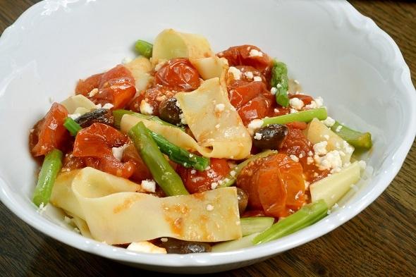 מסעדת ברטי- פסטה רחבה, עגבניות שרי תמר, אספרגוס וגבינת פטה יוונית . צילום-רן בירן