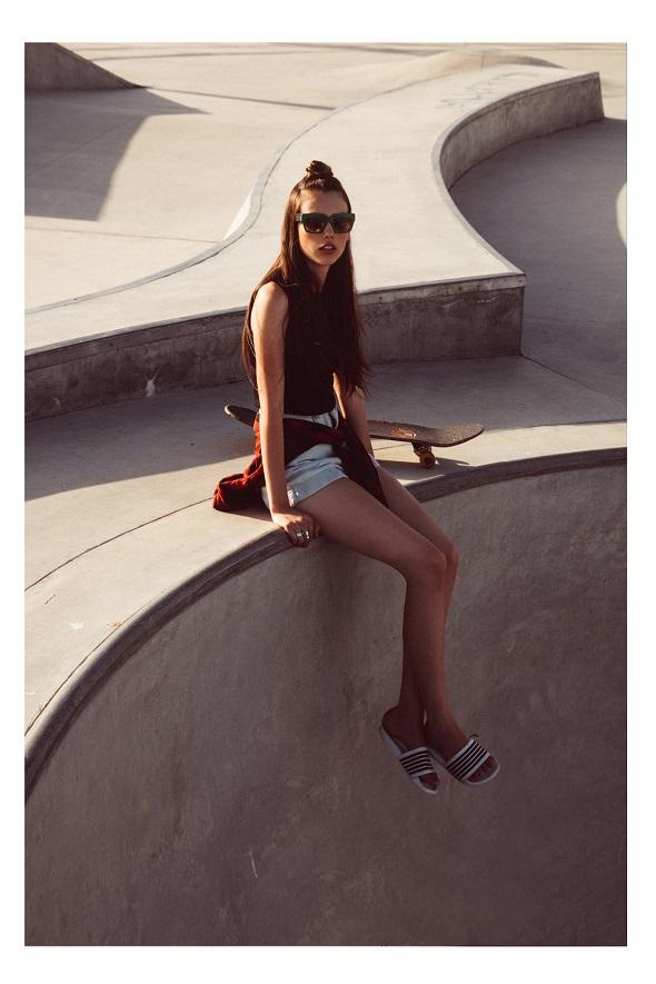 חולצה עדיקה/ חולצה קשורה וטבעות אייץ אנד אם/ מכנסיים אמריקן אפרל/ נעליים אוסף פרטי/ משקפי שמש פראדה - You&eye