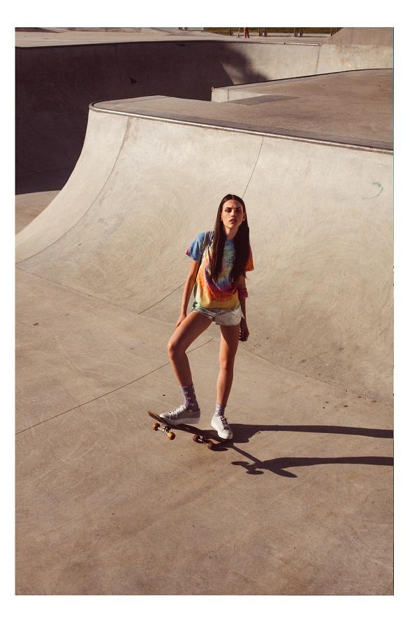 חולצה bawakawa.com מכנסיים פוראבר 21/ בנדנה קשורה כצמיד אייץ אנד אם/ גרביים אוסף פרטי/ נעליים אינסייד אאוט
