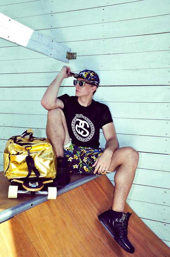 """כובע, חולצה, מכנסי ברמודה ונעליים ל'ג'ין ג'י'- ביאליק 1 ת""""א/תיק זהב SPRAYGROUND  וסקייטבורד DOTOWN ל 'סרף האוס'- הירקון 169 /ת""""א. הפקה וסגנון: משה אברמוב/צילום ועריכה: גיא דניאלי/דוגמן: מיכאל לסוכנות Mars/צולם ב'סרף האוס'."""