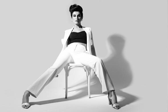 מכנסיים- 'אייס קיוב'/מחוך- 'גליתה'/וסט- 'מנגו'/נעליים- 'רפובליק'/עגילים- 'מיכל בן עמי'.