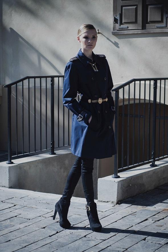 מעיל טומי הילפיגר / מכנסיים פול אנד בר / נעליים אלדו / שרשרת וחגורה קרן וולף