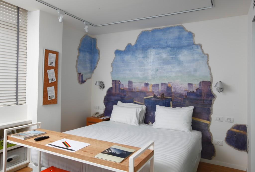 עבודתו של מימד אליהו על קיר בחדר.
