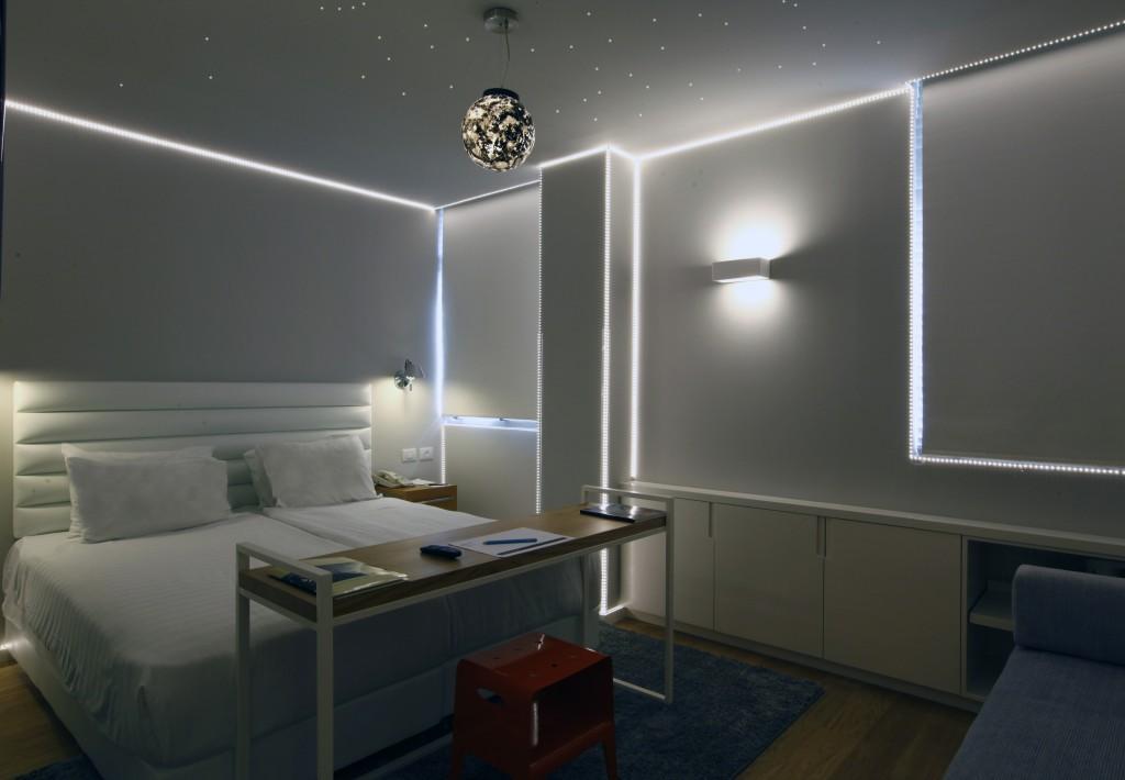 עבודתו של רן סלוין בחדר החדש.
