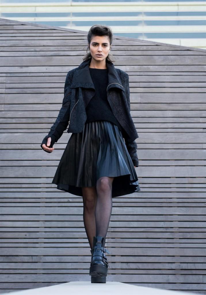 סריג, ג'קט עור: אי – קו בוטיק סלון/ חצאית: זארה/ נעליים: טופ שופ