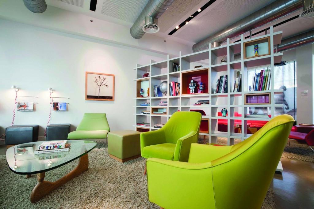 הלובי במלון מלא בספרי עיצוב ואמנות.