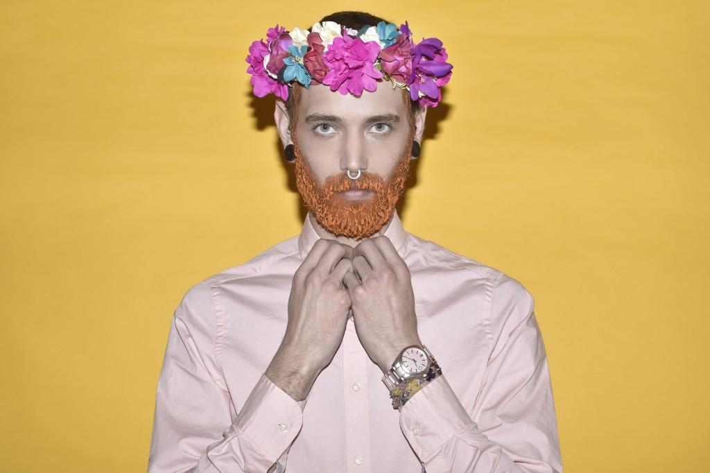 חולצה מכופתרת: Tommy Hilfiger/ סרט פרחים לשיער: H&M / שעון וצמידים: Tous.