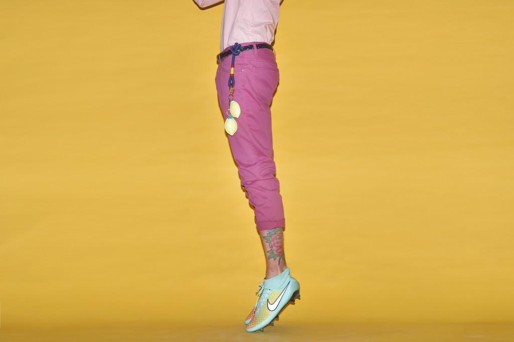 חולצה מכופתרת וחגורת שאקל: Tommy Hilfiger / מכנסיים ומחזיק מפתחות לימונים: H&M / חגורה: Diesel/ נעליים: Nike