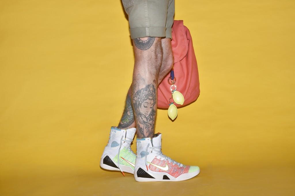 מכנס ברמודה: רנוארמן / תיק: Hrschel ל'סטורי' / מחזיק מפתחות לימונים: H&M / נעליים: Nike