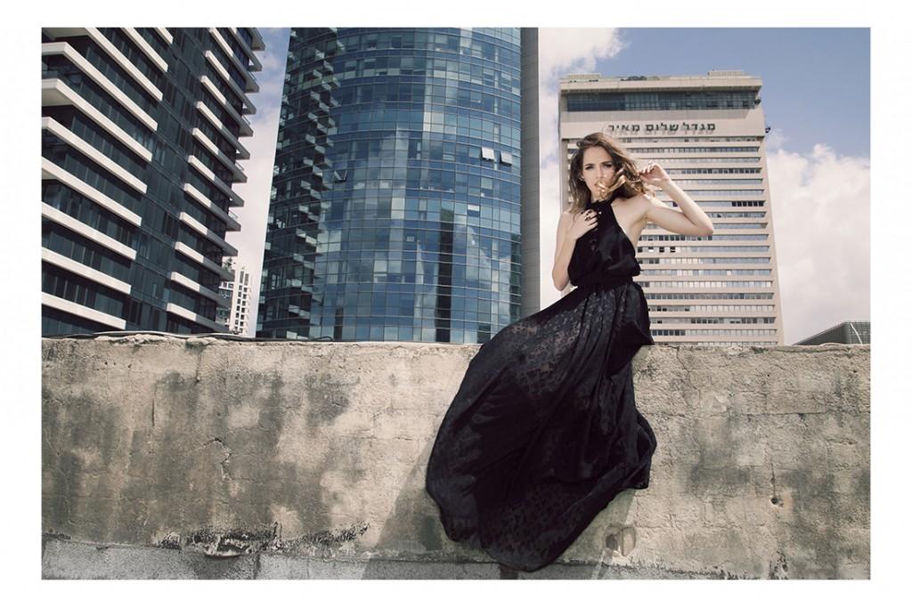 טופ וחצאית משולשים: מילי דהן/  טבעות ועגילים: סאגה