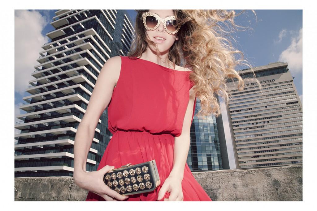 שמלה: בוטיק לינקה/ משקפיים: Versace/ קלאצ׳: H&M