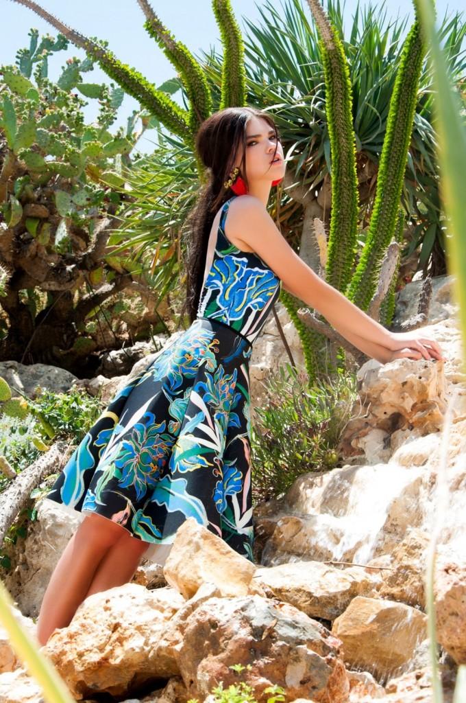 בגד גוף וחצאית: H&M/ עגילים: ליאת גינזבורג