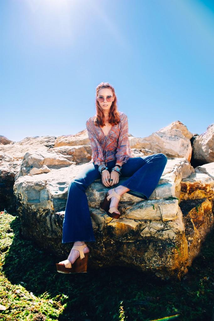 חולצה דפנה לוינסון/ ג'ינס Wrangler/ משקפי שמש Werubel Optic/ צמידים Uno de 50/  נעליים Marko
