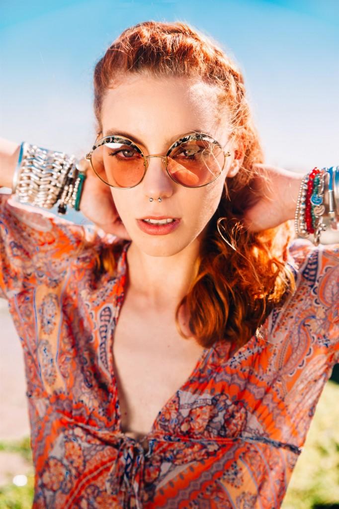חולצה דפנה לוינסון/ משקפי שמש Werubel Optic/ צמידים Uno de 50