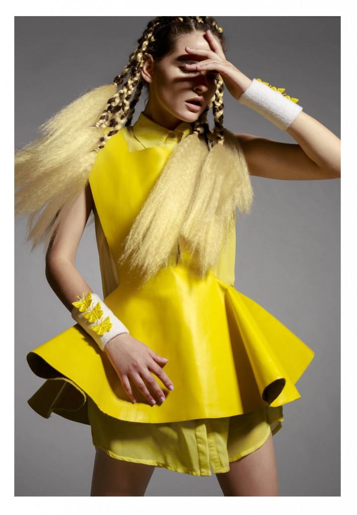 שמלת עור צהובה: גולן טאוב לשנקר/ מגיני זיעה: פומה/ מכופתרת צהובה: H&M