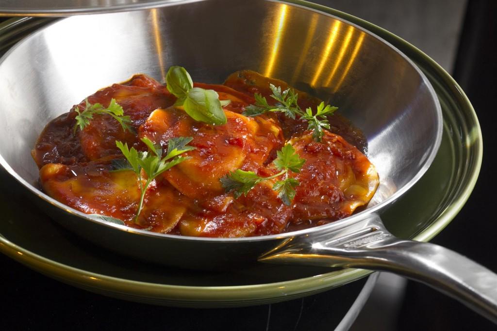 שגב קיטשן גארדן_רביולי גבינה ברוטב עגבניות עם שום, בזיליקום ויין_צילום- אנטולי מיכאלו (2) (Custom)