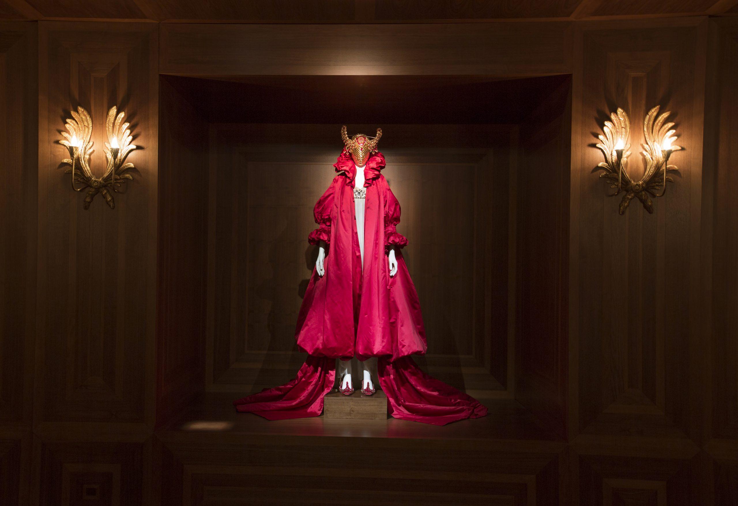 יופי אכזרי: תערוכת רטרוספקטיבה למעצב אלכסנדר מקווין בלונדון
