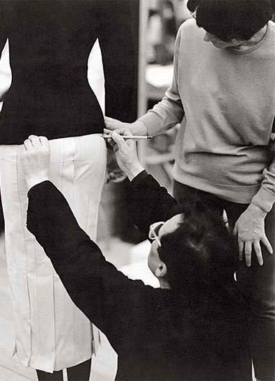 קימורי גוף האישה כמוביל מרכזי בעיצוביו/ צילום: יח''צ חו''ל