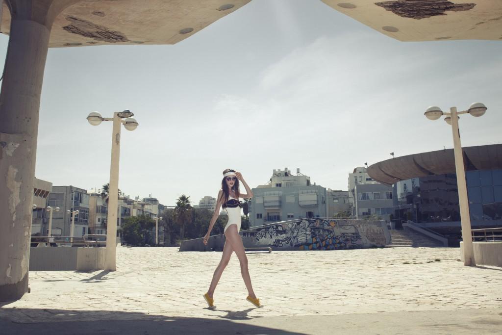 בגד ים לבן ספידו/ בגד ים מעל טופ שופ/ משקפיים אלדו/ סרט ראש נייקי/ נעליים בן סימון