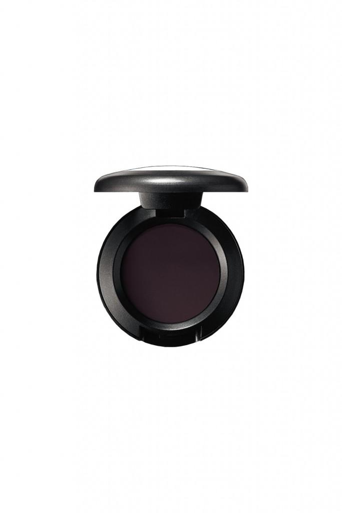 צללית עיניים בגוון Carbon Matte, מאק (90 ש״ח)