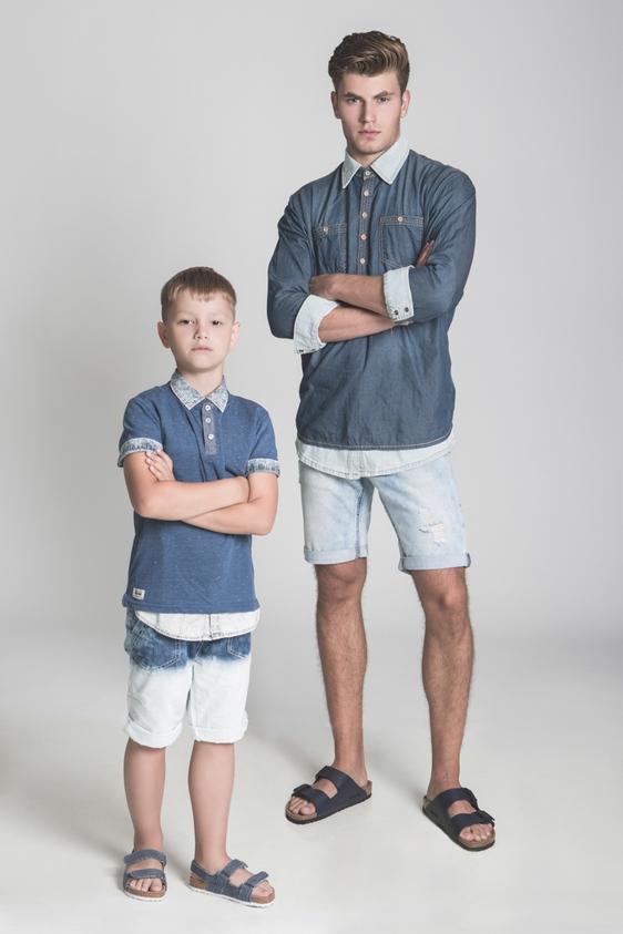 דוגמן (ג'יימס): חולצה מכופתרת – ADIKA/ חולצת שאנטי – גולף/ מכנסיים - בלו בירד/נעליים - בירקנשטוק ל- אוריג'ינלס.  ילד (איליה): חולצה מכופתרת - הוניגמן / טישרט – קדס מכנסיים וסנדל – גול