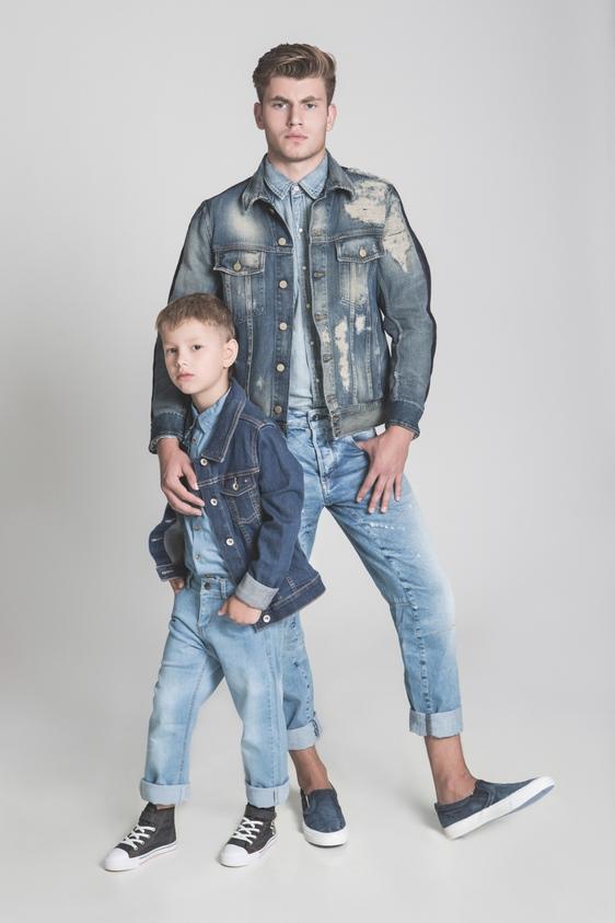דוגמן (ג'יימס): חולצה מכופרת ונעליים – ריפליי/ ג'קט – דיזל/ ג'ינס - ג'י סטאר.  ילד (איליה): חולצה – קדס/ ג'קט - טומי הילפיגר / ג'ינס – KIWI/ נעליים – H&M