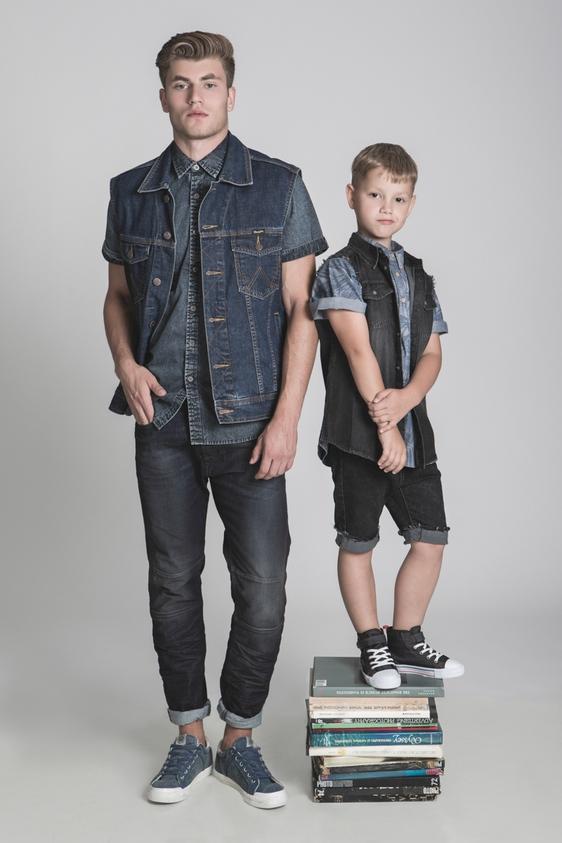 דוגמן (ג'יימס): ג'ינס – דיזל/ חולצה – גולף/ ווסט – רנגלר/ נעליים – ריפליי. ילד (איליה): חולצה ונעליים - H&M/ ווסט וגי'נס - הוניגמן