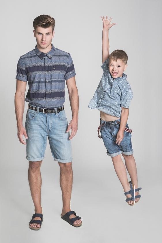 דוגמן (ג'יימס): חולצה וג'ינס – LEE/ חגורה – דיזל/ נעליים - בירקנשטוק לאוריג'ינלס.  ילד (איליה): חולצה וסנדל – גולף/ מכנסיים - קדס