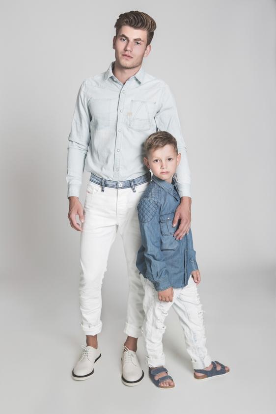 דוגמן (ג'יימס): ג'ינס – דיזל/ חולצה - ג'י סטאר/ נעליים - גוצ'י, ה' באייר 26. ילד (איליה): חולצה - גוצ'י, ה' באייר 26/ ג'ינס – הוניגמן/ סנדל – גולף