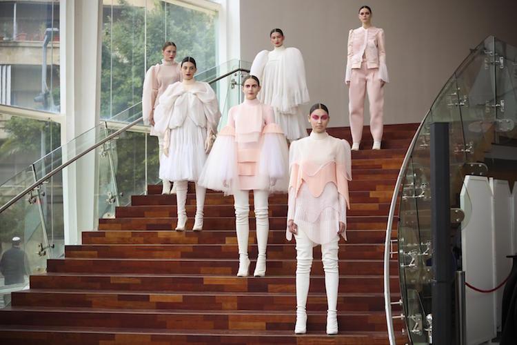 מיצג אופנה המייצג את החיבור למגמות האופנה הבינלאומיות | מעצב: אביתר מייאור | צילום: אלירן אביטל