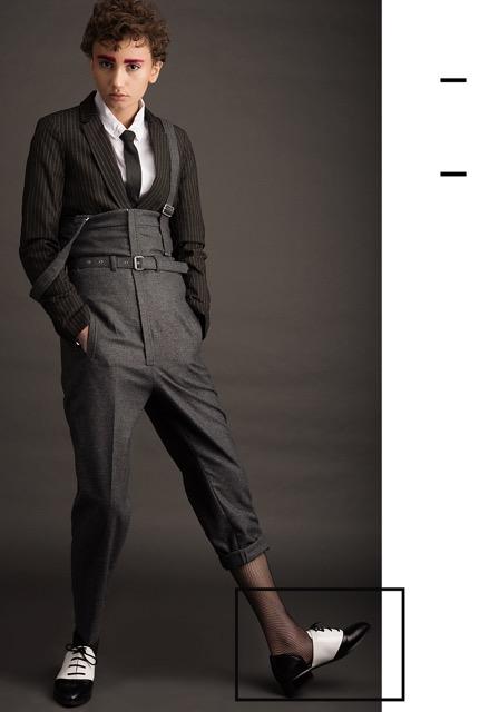 חולצה מכופתרת אייץ אנד אם | עניבה פולגת+ בלייזר הוניגמן | אוברול דיזל | נעליים ניין ווסט | גרביון זוהרה