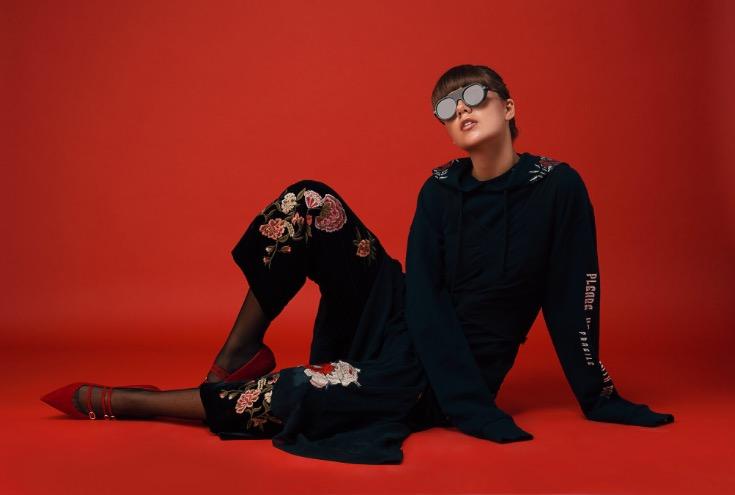 שמלה H&M סטודיו  מכנסיים זארה   סווטשירט פול אנד בר  משקפיים לוקסיוויזן   נעליים פריטי בלרינה