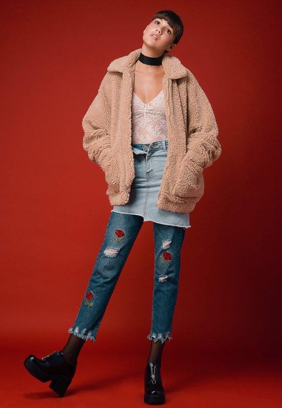 בגד גוף ומעיל H&M   ג'ינס פול אנד בר   חצאית ג'ינס וצ'וקר עדיקה   נעליים ברשקה