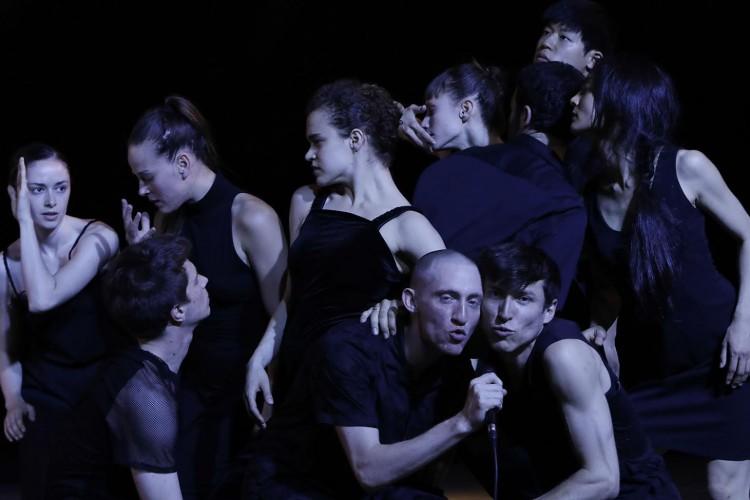 להקת המחול בת שבע מתוך היצירה ונצואלה   צילום אסף