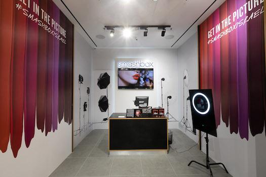 סטודיו לצילום בתוך החנות היאפשר ללקוחות להצטלם במגוון סוגי תאורה   חנות סמאשבוקס TLV FASHION MALL   צילומים: שאולי לנדנר