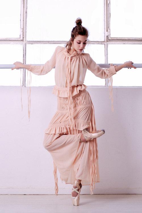 שמלה  ארקטה | עגילים יזהר כהן