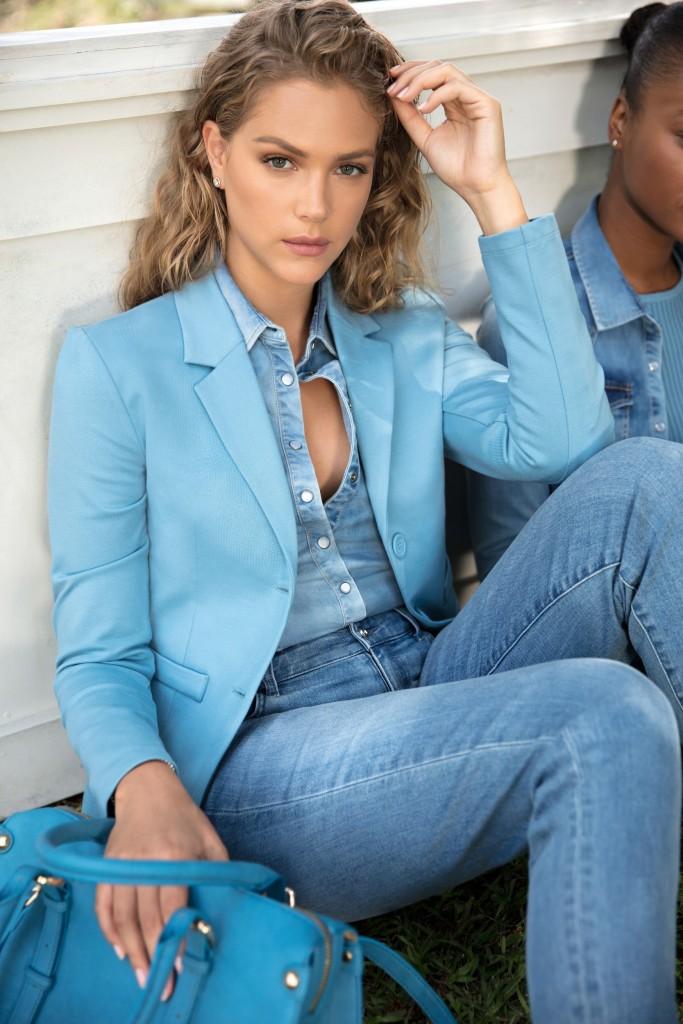 אסתי גינזבורג פותחת וסוגרת את תצוגת האופנה של גולברי/ צילום: יניב אדרי